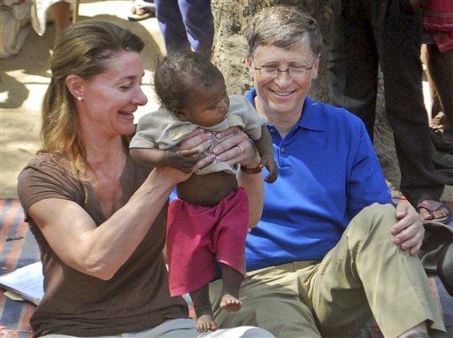 Foto tomada el 23 de marzo del 2011 de Bill Gates y su esposa  Melinda Gates en una aldea de la India. Los Gates ganaron el prestigioso premio Lasker por sus aportes a la salud mundial. (Foto AP/Aftab Alam Siddiqui)