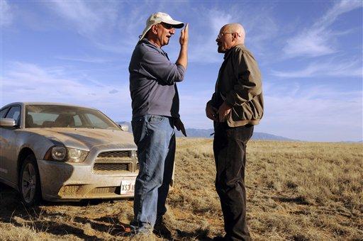"""El director de fotografía Michael Slovis, izquierda, y Bryan Cranston en el set de """"Breaking Bad"""" en una fotografía de 2012 proporcionada por AMC. El final de la serie se transmitirá el 29 de septiembre de 2013. (Foto AP/AMC, Ursula Coyote)"""