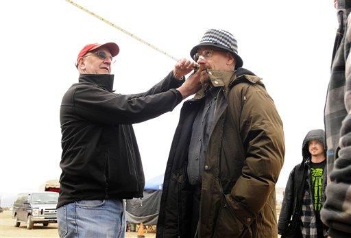 """El director de fotografía Michael Slovis, izquierda, toma medidas de Bryan Cranston, centro, y Aaron Paul, fondo a la derecha, en el set de """"Breaking Bad"""" en una fotografía de 2012 proporcionada por AMC. El final de la serie se transmitirá el 29 de septiembre de 2013. (Foto AP/AMC, Ursula Coyote)"""