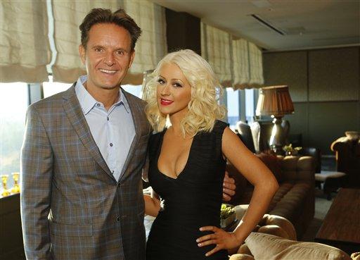 """El productor ejecutivo Mark Burnett, izquierda, y Christina Aguilera en una cena por la quinta temporada de """"The Voice"""" el miércoles 18 de septiembre de 2013 en West Hollywood, California. Aguilera y CeeLo se tomaron un tiempo fuera del progama en la temporada pasada y fueron reemplazados por Usher y Shakira, pero regresarán el lunes 23 de septiembre de 2013 cuando se estrene la nueva temporada del programa de talentos de NBC. (Foto AP/NBC, Trae Patton)"""