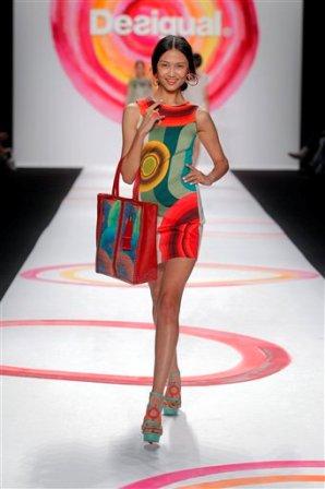 Una modelo presenta piezas de la colección primavera 2014 de la marca española Desigual en la Semana de la Moda de Nueva York en una fotografía del 5 de septiembre de 2013. (Foto AP/Desigual)