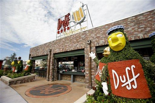 """La entrada a los Jardines Duff en la zona temática Springfield USA en los Estudios Universal en Florida, el jueves 5 de septiembre de  2013, en Orlando, Florida. Creada alrededor del juego mecánico de """"Los Simpson"""" que se inauguró en 2008 la nueva zona del parque tiene comida sabrosa pero insalubre que aparece en el programa. (Foto AP/John Raoux)"""