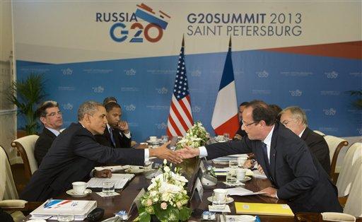 El presidente de Estados Unidos Barack Obama (izquierda) y su homólogo de Francia, Francois Hollande se saludan antes de iniciar una reunión bilateral en la cumbre del G20 el viernes 6 de septiembre del 2013 en San Petersburgo, Rusia. (Foto AP/Pablo Martinez Monsivais)