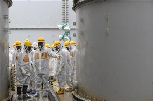 En esta foto suministrada por la Autoridad Reguladora Nuclear de Japón, comisionados de la agencia inspeccionan tanques usados para contener agua radiactiva en la planta nuclear averiada de Fukushima en el norte de Japón el 23 de agosto del 2013. Dos años y medio después del desastre, los expertos temen que se agrave lo que se perfila rápidamente como una nueva crisis en Fukushima: la incapacidad para contener vastas cantidades de agua radiactiva (AP Foto/Nuclear Regulation Authority)