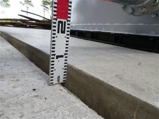 En esta foto de julio del 2011 y difundida el 24 de agosto del 2013 por Tokyo Electric Power Co. muestra una diferencia de siete milímetros en los cimientos de los tanques de almacenamiento en la planta nuclear averiada de Fukushima. TEPCO anunció ese día la causa probable de un derrame de agua radiactiva (AP Foto/Tokyo Electric Power Co.)