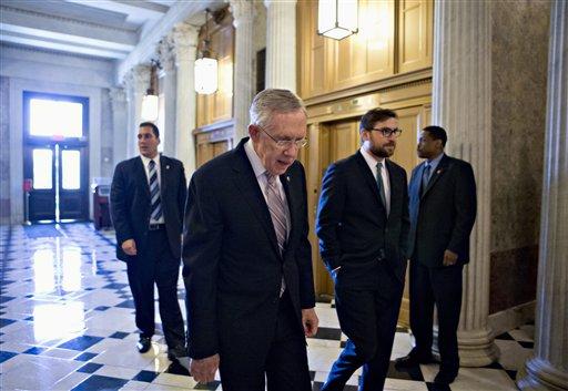 El senador Harry Reid, demócrata por Nevada y líder de la mayoría en el Senado, camino al pleno del Senado en el Congreso, Washington, el viernes 6 de septiembre de 2013, para presentar una resolución para autorizar el uso de la fuerza militar en Siria. (Foto AP/J. Scott Applewhite)