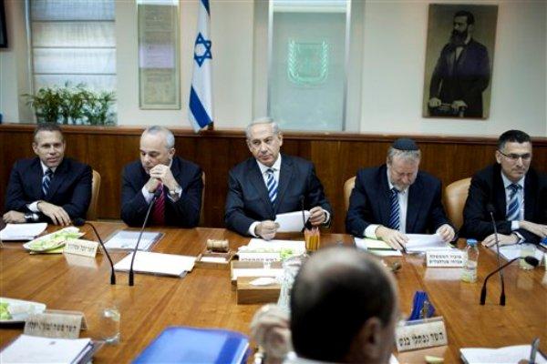 El primer ministro israelí Benjamin Netanyahu, al centro, preside una reunión ministerial en Jerusalén el domingo 1 de septiembre de 2013. (Foto AP/Abir Sultan, Pool)