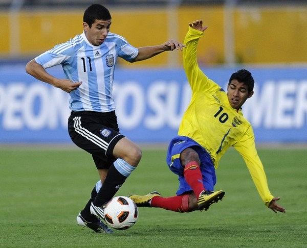 Junior Sornoza (R) of Ecuador vies for the ball with Brian Ferreira of Argentina during their Copa Sudamericana U-17 football match at Atahualpa stadium in Quito,  on April 6, 2011. AFP PHOTO / RODRIGO BUENDIA (Photo credit should read RODRIGO BUENDIA/AFP/Getty Images)