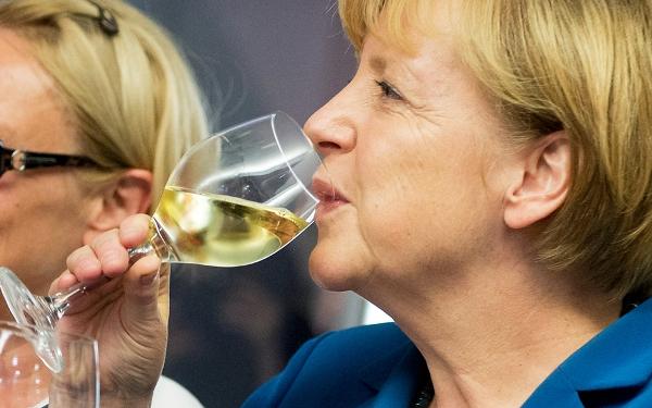 Merkel brindando champagne