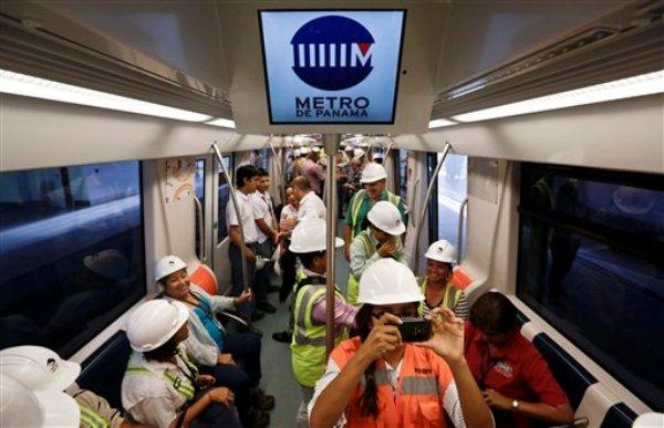 Foto del 20 de septiembre de 2013 que muestra a trabajadores en un recorrido de prueba del nuevo Metro de ciudad de Panamá. El tren eléctrico recorrerá el corazón de la urbe y se construyó para aliviar el caótico sistema de transporte público. Las autoridades dicen que comenzará a operar en 2014. (Foto de AP/Arnulfo Franco)