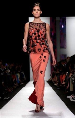 Una modelo presenta piezas de la colección primavera 2014 de Carolina Herrera en la Semana de la Moda de Nueva York en una fotografía del lunes 9 de septiembre de 2013. (Foto AP/Richard Drew)