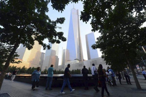 Varias personas se concentran en el monumento a las víctimas del 11-S en el World Trade Center de Nueva York, Estados Unidos, hoy, miércoles 11 de septiembre de 2013. Hoy se cumple el duodécimo aniversario de los atentados contra las Torres Gemelas y el Pentágono. EFE/Alejandra Villa