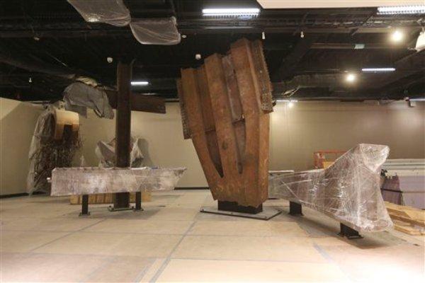 """La """"Cruz"""", una columna y un travesaño de acero encontrados entre los restos de las torres gemelas , y un pedazo de otra columna de acero, una de 84 que formaban la estructura exterior de cada torre, durante un recorrido para los medios en el Museo Nacional del 11 de Septiembre, el viernes 6 de septiembre de 2013, en Nueva York. (Foto AP/Mary Altaffer)"""