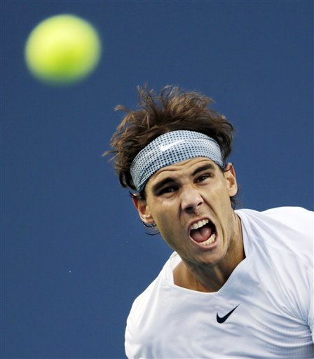 El español Rafael Nadal durante su saque ante el francés Richard Gasquet en las semifinales del Abierto de Estados Unidos el sábado 7 de septiembre de 2013. (AP Foto/Charles Krupa)