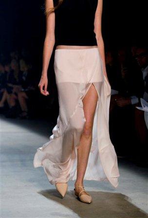 Una modelo presenta piezas de la colección primavera 2014 del diseñador Narciso Rodríguez en la Semana de la Moda de Nueva York el 10 de septiembre de 2013. (Foto AP/Craig Ruttle)
