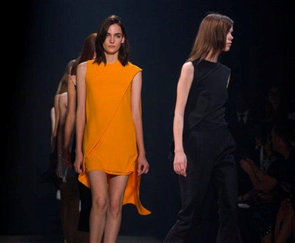 Modelos presentan piezas de la colección primavera 2014 del diseñador Narciso Rodríguez en la Semana de la Moda de Nueva York el 10 de septiembre de 2013. (Foto AP/Craig Ruttle)