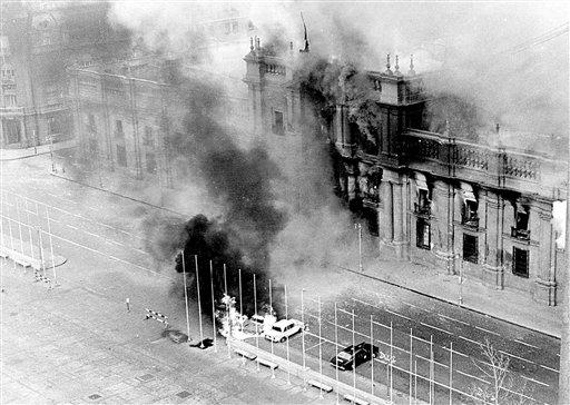 En esta foto del 11 de septiembre de 1973 se ven columnas de humo alzarse del palacio presidencial La Moneda tras ser bombardeado durante un golpe militar encabezado por el general Augusto Pinochet que derrocó al presidente Salvador Allende, en Santiago de Chile.  (Foto AP/El Mercurio, Archivo)   NO PUBLICAR EN CHILE