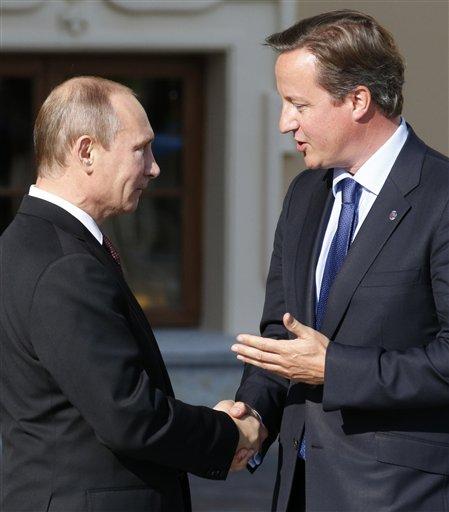 El presidente ruso,Vladimir Putin (izquierda) saluda al primer ministro británico David Cameron en a su llegada a la cumbre del G-20 en Palacio Konstantin, en San Petersburgo, Rusia, el jueves 5 de septiembre de 2013. (Foto AP/Alexander Zemlianichenko)