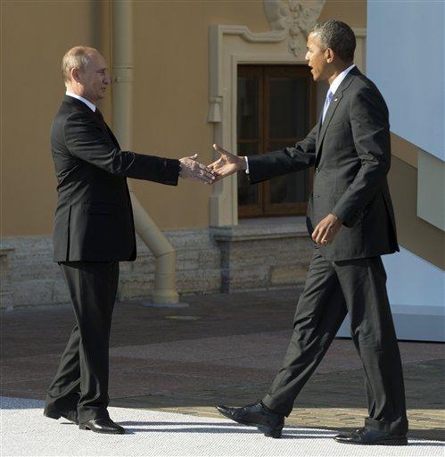 El presidente estadounidense Barack Obama y el presidente ruso Vladimir Putin se saludan antes de la cumbre del Grupo de los 20 en San Petersburgo el jueves, 5 de septiembre del 2013.  (Foto AP/Pablo Martinez Monsivais/Pool)