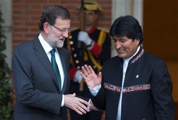 El gobernante boliviano Evo Morales, a la derecha, se prepara para saludar al presidente del gobierno español Mariano Rajoy. El mandatario sudamericano dio por superada la crisis abierta con España y otros países de la Unión Europea por la polémica retención del avión presidencial boliviano hace dos meses ante las sospechas de que ocultaba al ex analista de inteligencia estadounidense Edward Snowden. Madrid, martes 03 de septiembre de 2013. (AP foto/Paul White)