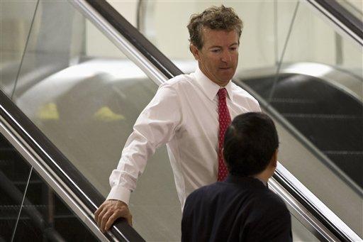 El senador republicano Rand Paul, de Kentuky, toma la escalera eléctrica en el Capitolio en Washington el martes 3 de septiembre de 2013 rumbo a una sesión de ambas cámaras sobre Siria. (AP Foto/Jacquelyn Martin)