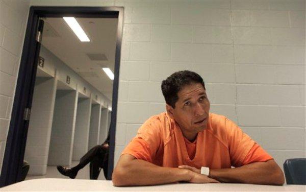 En esta fotografía de archivo del 29 de agosto de 2013, el nicaragüense Ronald Sosa, detenido por manejar sin licencia de conducir, ofrece una entrevista en el Centro de Detención de Inmigrantes Krome en Miami, Florida. Sosa fue deportado el miércoles 11 de septiembre de 2013 a su país y sus dos hijos menores quedaron en Estados Unidos sin ninguno de sus dos padres. Su esposa, la madre de los niños, había sido repatriada a la nación centroamericana en 2009. (AP foto/Javier Galeano, Archivo)