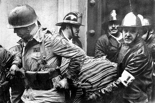 ARCHIVO - En esta foto del 1 de septiembre de 1973, soldados y bomberos sacan el cadáver del presidente Salvador Allende, envuelto en un poncho, del detsruido palacio presidencial La Moneda tras un golope encabezado por el general Augusto Pinochet em Santiago de Chile. (Foto AP/El Mercurio, archivo)  NO PUBLICAR EN CHILE