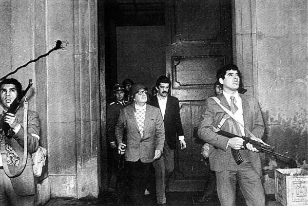 Última imagen del presidente chileno Salvador Allende, en el exterior del Palacio de la Moneda, durante el golpe de Estado el 11 de septiembre de 1973.