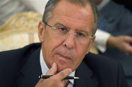 El ministro de relaciones exteriores de Rusia Sergey Lavrov escucha al canciller libio Mohamed Abdelaziz, en Moscú, el martes 10 de septiembre de 2013. Damasco aceptó la propuesta de Moscú de poner su arsenal de armas químicas bajo el control internacional para su desmantelamiento posterior, anunció el martes el gobierno sirio. (AP Foto/Ivan Sekretarev)