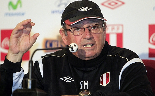 Foto de archivo. Peru's national soccer team coach Sergio Markarian speaks to the media after a training session in Lima September 10, 2012. EFE.