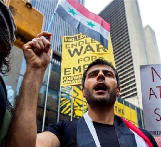 Lewaa Abdul Jalek, de Nueva York, se manifiesta en contra de un eventual ataque militar de Estados Unidos contra Siria el sábado 31 de agosto de 2013 en Nueva York. (Foto AP/Craig Ruttle)