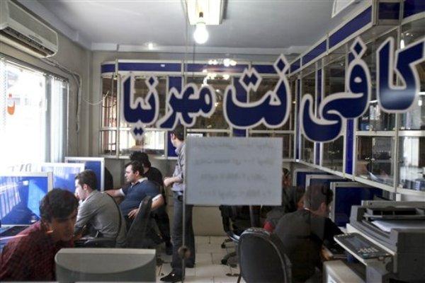Vista de un cibercafé en Teheran, Irán, el 17 de septiembre del 2013. La noticia de la apertura de los medios sociales que estaban bloqueados en Irán fue difundida a los cuatro vientos, como era de esperar, por los mismos medios sociales, en tuits celebratorios y en mensajes alborozados de Facebook. Horas después se desdibujó la sonrisa de los emoticonos cuando volvieron a funcionar los bloqueos instalados hace cuatro años (AP Foto/Ebrahim Noroozi)