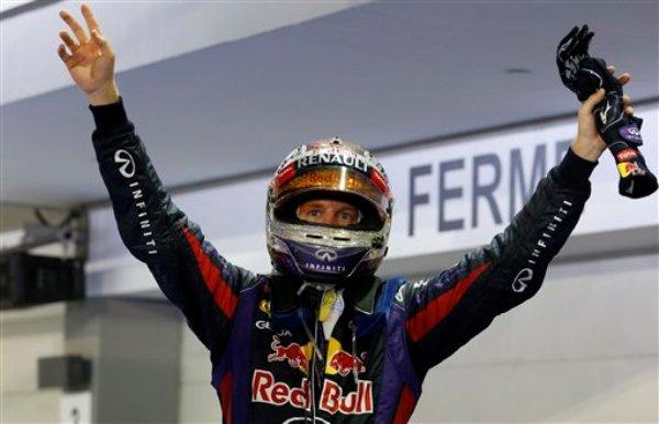 El piloto de Red Bull Sebastian Vettel celebra su victoria en el Gran Premio de Singapur de F1 el 22 de septiembre del 2013 (AP Foto/Vincent Thian)