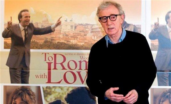 """El director y actor Woody Allen durante una sesión de fotografías para la película """"To Rome with Love"""" en Roma en una fotografía del 13 de abril de 2012. Allen recibirá el Premio Cecil B. DeMille 2014 informó la Asociación de Prensa Extrajera de Hollywood el viernes 13 de septiembre de 2013. La 71ª entrega de los Globos de Oro, organizada por la asociación, se realizará el 12 de enero de 2014 e incluirá una sección dedicada a Allen. (Foto AP/Andrew Medichini, archivo)"""