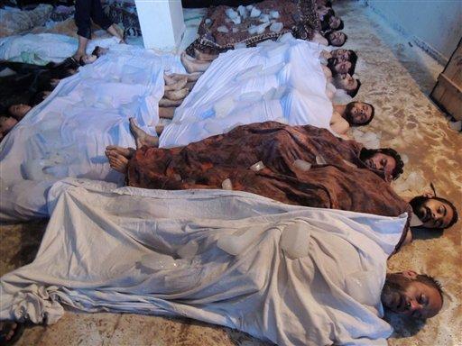 Esta fotografía del miércoles 21 de agosto de 2013 proporcionada por la Shaam News Network, cuya autenticidad ha sido verificada en base a su contenido y otra labor periodística de la AP, aparentemente muestra cadáveres de víctimas de un ataque con armas químicas contra Guta, Siria. La propuesta de Rusia para colocar el arsenal de armas químicas de Siria bajo control internacional con el fin de desmantelarlo involucraría una operación larga y complicada, la cual sería aún más difícil debido a que hay una profunda falta de confianza, por no decir la falta de un inventario. (Foto AP/Shaam News Network, archivo)