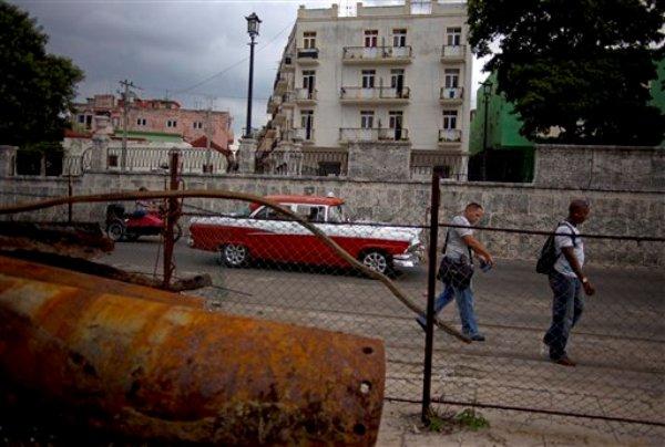 Fotografía del 20 de agosto de 2013 de turistas caminando por la Bahía de La Habana, Cuba. (Foto AP/Ramón Espinosa)