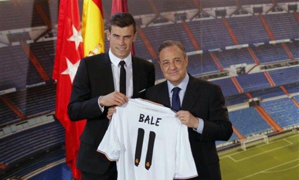El internacional galés Gareth Bale, izq., y el presidente del Real Madrid Florentino Pérez posan durante la presentación oficial del futbolista en el estadio Santiago Bernabéu en Madrid el 2 de septiembre del 2013  (AP Foto/Daniel Ochoa de Olza)