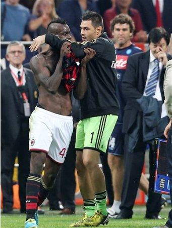 El delantero del Milan Mario Balotelli, izq., es contenido por su compañero Marco Amelia después de recibir una tarjeta roja de expulsión al término del partido contra Napoli en Milán el 22 de septiembre del 2013 (AP Foto/Antonio Calanni)