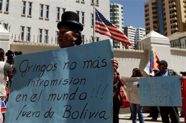 Manifestantes sostienen una pancarta durante una concentración frente a la embajada americana en Bolivia para protestar contra la intervenciónde Estados Unidos  en Siria. La Paz, martes 03 de septiembre  de 2013. (AP foto/Juan Karita)