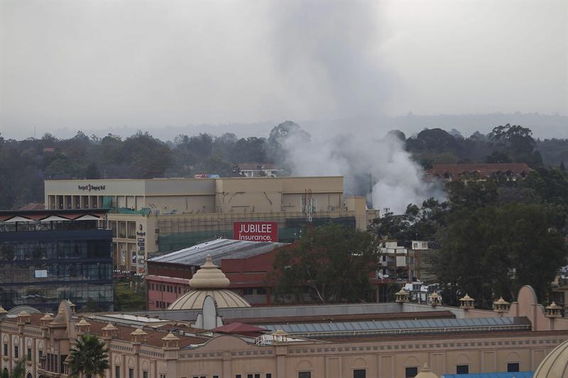 Vista general del humo que proviene del centro comercial Westgate de Nairobi, Kenia, el 24 de septiembre del 2013. Nuevos disparos y una explosión se han producido en el interior de este centro comercial asaltado por la milicia Al Shabab el pasado sábado, y que el Ejército keniano asegura mantener bajo control. EFE/Daniel Irungu