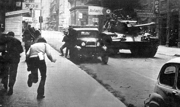 Militares chilenos se toman las calles de Santiago durante el golpe de Estado que derrocó al Presidente Salvador Allende el 11 de septiembre de 1973.