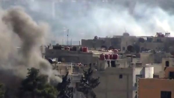 Nubes de humo se levantan de edificios como resultado de fuertes enfrentamientos entre combatientes del Ejército Libre Sirio y fuerzas del gobierno en Daraya, un suburbio de Damasco, en una imagen tomada de un video cedido por la red noticiosa Shaam News Network, cuya autenticidad ha sido verificada sobre la base del contenido y otra cobertura de la AP, el miércoles 4 de septiembre de 2013. (Foto AP/Shaam News Network vía video AP)