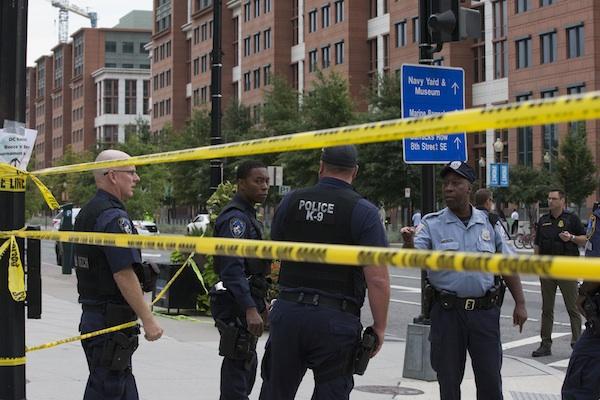 Policías acordonan los alrededores de un sitio donde hubo un tiroteo en la calle M de Washington DC, cerca del Astillero Naval, el lunes 16 de septiembre de 2013. Un funcionario de defensa dijo que varias personas han muerto y otras resultaron heridas en el tiroteo. (Foto AP/Jacquelyn Martin)