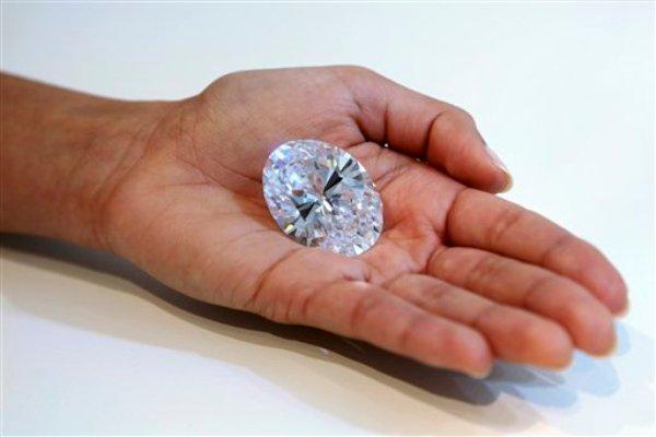 Un diamante blanco de 118 quilates es exhibido en la subastadora Sotheby's de Nueva York, miércoles 4 de septiembre de 2013. La piedra será subastada en Hong Kong el 7 de octubre y la estimación previa es de 28 a 35 millones de dólares. El rércord actual para un diamante blanco es de 26,7 millones de dólares. (AP Foto/Mary Altaffer)