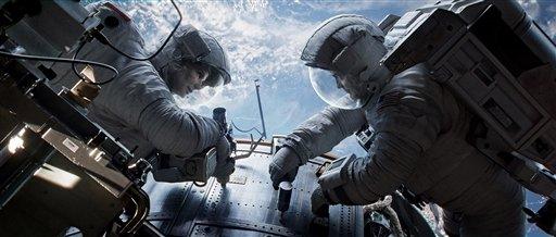 """Sandra Bullock, izquierda, en el papel de la doctora Ryan Stone y George Clooney como Matt Kowalsky en una escena de """"Gravity"""" en una fotografía publicitaria proporcionada por Warner Bros. (Foto AP/Courtesy Warner Bros. Pictures)"""