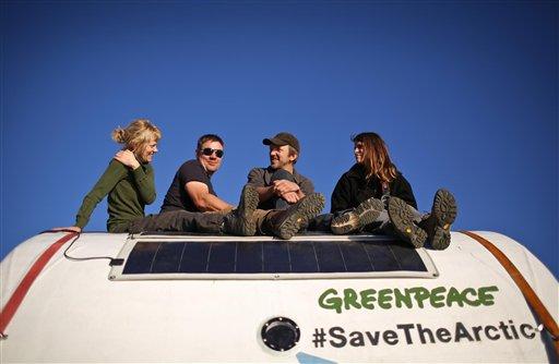 """Esta imagen distribuida por la organización ambientalista Greenpeace y tomada el lunes 9 de septiembre de 2013, muestra, de izquierda a derecha, a Sini Saarela, de Finlandia, Anthony Perrett y Phillip Ball, de Gran Bretaña, y Camila Speziale de Argentina, sentados en una """"cápsula de seguridad"""" del navío Arctic Sunrise. La guardia costera rusa está remolcando a puerto al Arctic Sunrise luego de que efectivos armados lo abordaron luego de que los activistas protestaran contra la perforación petrolera en aguas del Artico. (Foto AP/Denis  Sinyakov, Greenpeace)"""