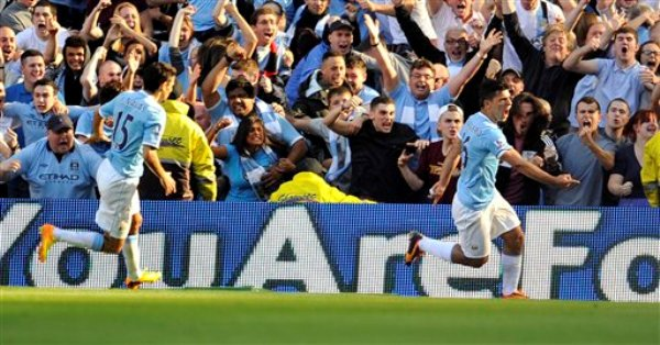 El delantero argentino Sergio Agüero del Manchester City, der., celebra después de anotar contra Manchester United en la Liga Premier en Manchester, Inglaterra, el 22 de septiembre del 2013. Agüero convirtió dos goles y el City ganó 4-1 (AP Foto/Clint Hughes)
