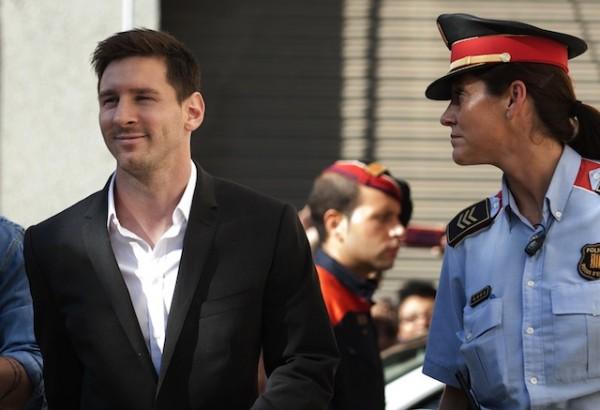 Foto de archivo. El futbolista del Barcelona, Lionel Messi, izquierda, llega a un tribunal para testificar en un caso de evasión contributiva el viernes, 27 de septiembre de 2013, cerca de Barcelona. (AP Photo/Paco Serinelli).