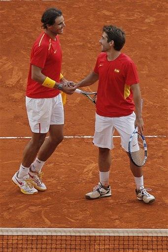 Rafael Nadal y Marc López.(AP Photo/Andres Kudacki)