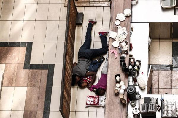 Personas intentan protegerse del ataque a un centro comercial en Nairobi, Kenya, el 21 de septiembre de 2013. EFE/EPA/KABIR DHANJI